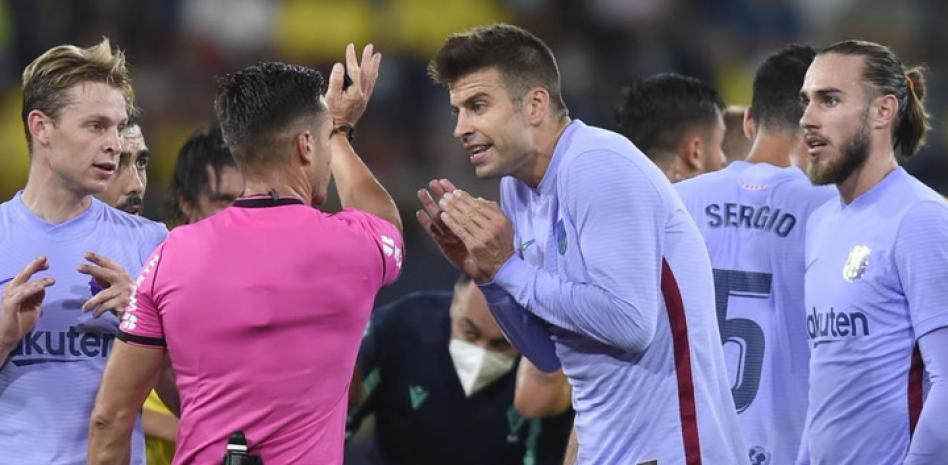 Pique (giữa) là một trong những cầu thủ Barca còn sót lại từ thế hệ giành cú ăn ba năm 2009. Ảnh: EFE.