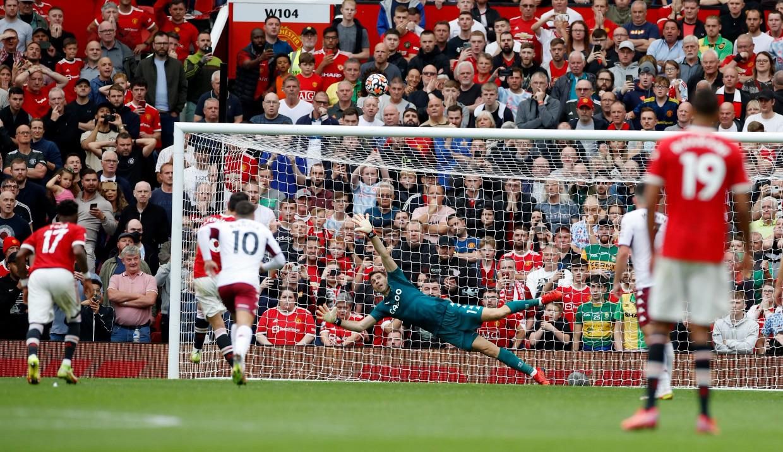 Bruno Fernandes đá 11m đưa bóng đi vọt xà trong trận Man Utd thua Aston Villa 0-1 tại Old Trafford hôm 25/9. Ảnh: Reuters