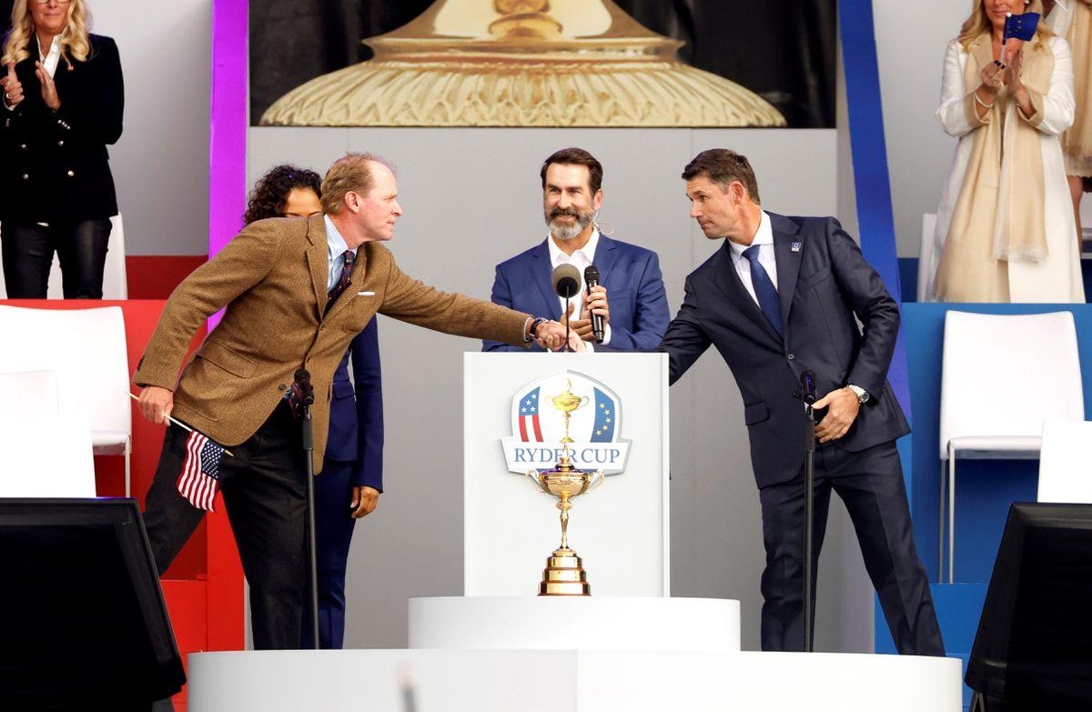 Bối cảnh đại dịch khiến các đọi trưởng Padraig Harrington (trái) và Steve Stricker (phải) phải lên hai danh sách dự phòng trong trường hợp các tuyển thủ châu Âu hoặc Mỹ phải nghỉ thi đấu vì Covid-19. Ảnh: Reuters