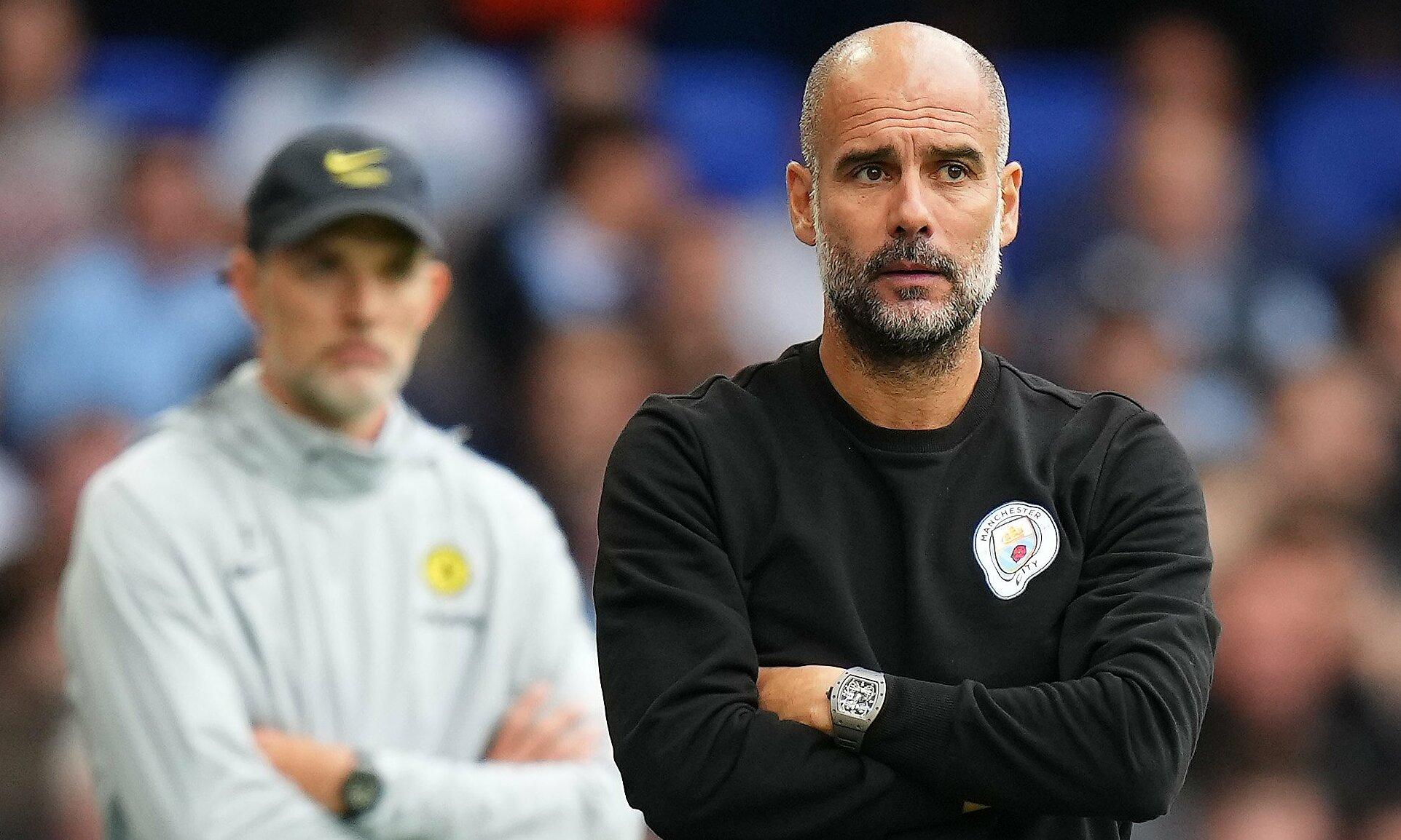 Guardiola đăm chiêu dõi theo diễn biến trận Man City hạ chủ nhà Chelsea 1-0 trên sân Stamford Bridge hôm 25/9. Ảnh: Twitter / Manchester City