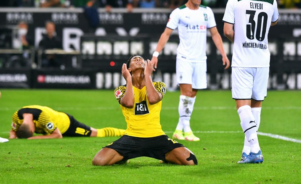 Nỗi thất vọng của Jude Bellingham và các đồng đội sau khi lỡ cơ hội cuối trận của Dortmund. Ảnh: AFP