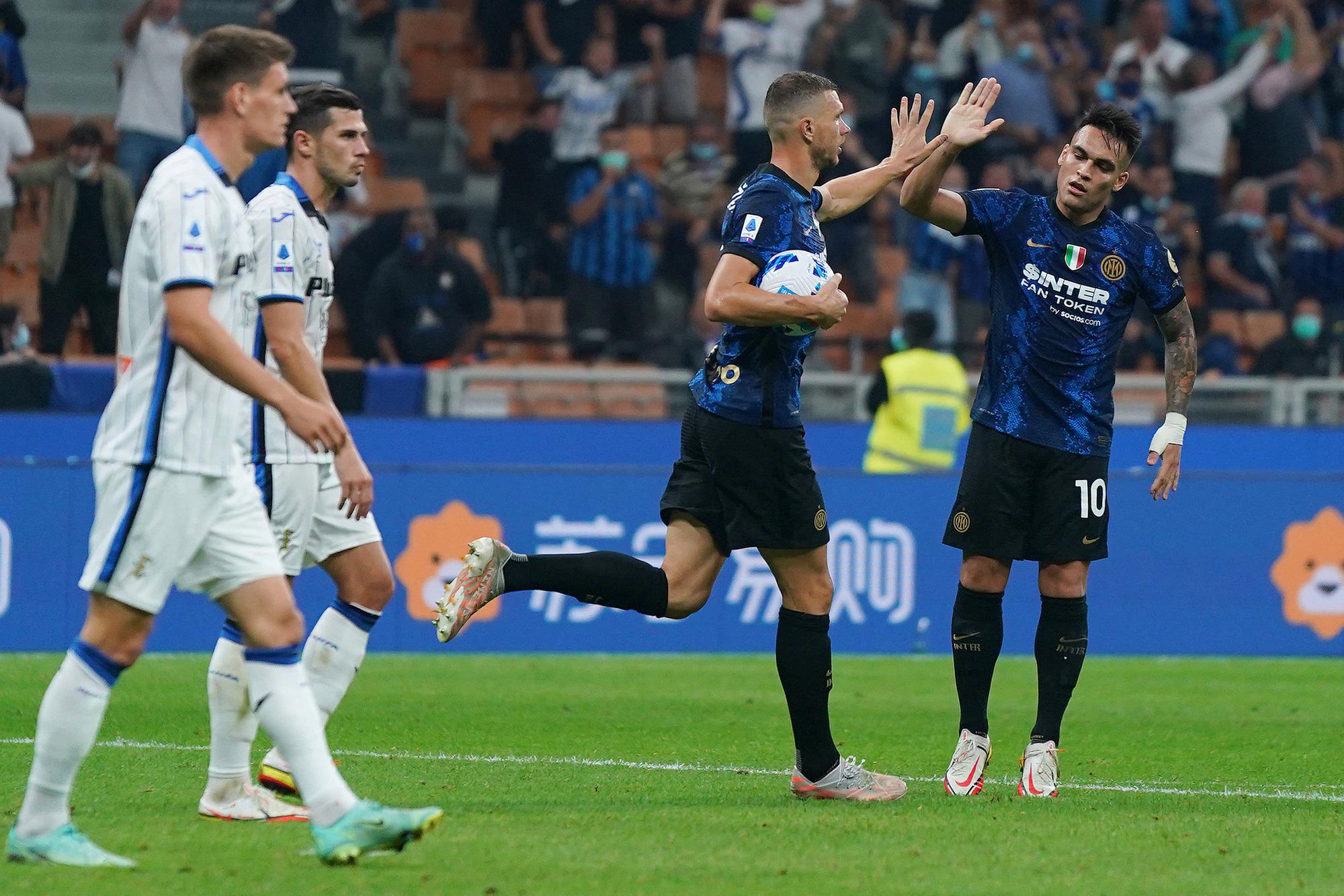 Dzeko chia vui với Martinez sau khi gỡ hoà 2-2 cho Inter trên sân Meazza hôm 25/9. Ảnh: Lapresse