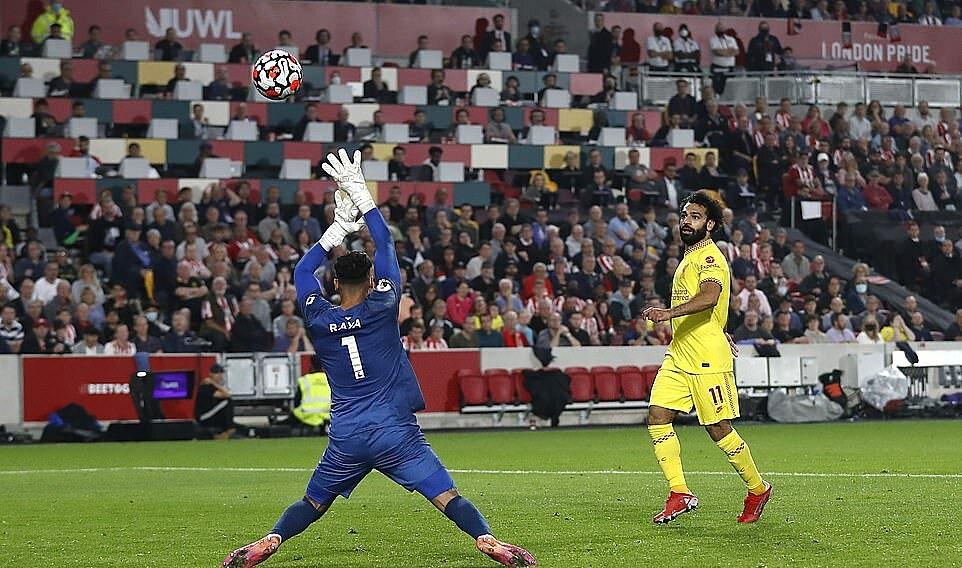 Salah (vàng) ghi bàn nhưng cũng bỏ lỡ cơ hội ngon ăn. Ảnh: AP