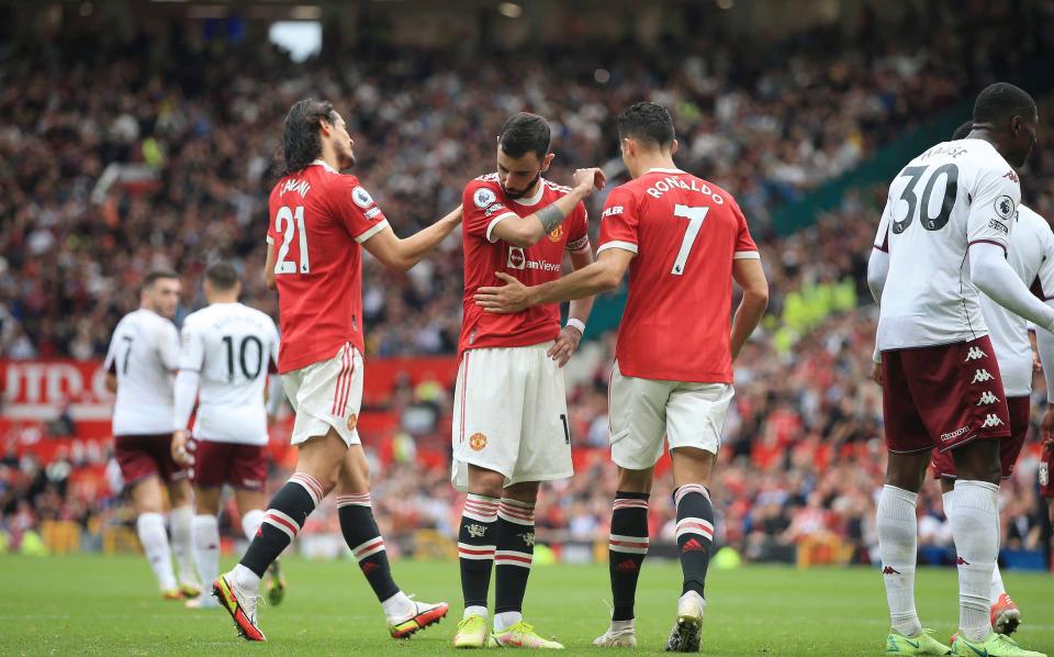Ronaldo (số 7) an ủi Fernandes sau khi đồng hương đá hỏng quả phạt đền khiến Man Utd thua Aston Villa 0-1 hôm 25/9. Ảnh: AP