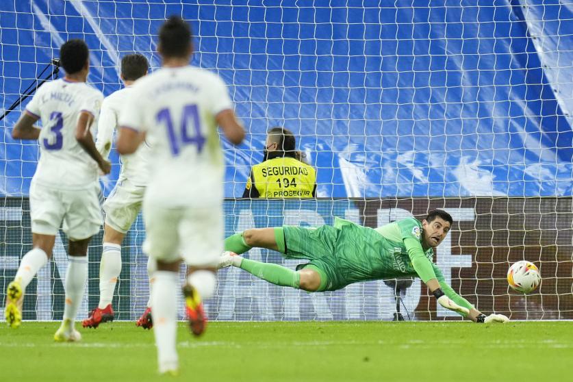 Courtois cản cú sút của Danjuma ở phút 13 trận hoà Villarreal 0-0 tại Bernabeu hôm 25/9. Ảnh: AP