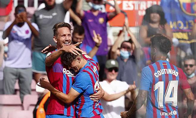 Luuk de Jong mừng bàn đầu tay cho Barca. Ảnh: AP