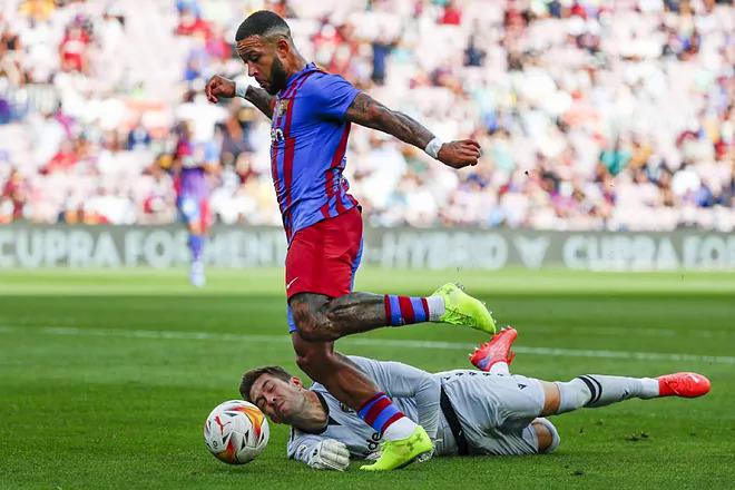 Tình huống Depay rê qua thủ môn Levante nhưng không ghi được bàn. Ảnh: EFE