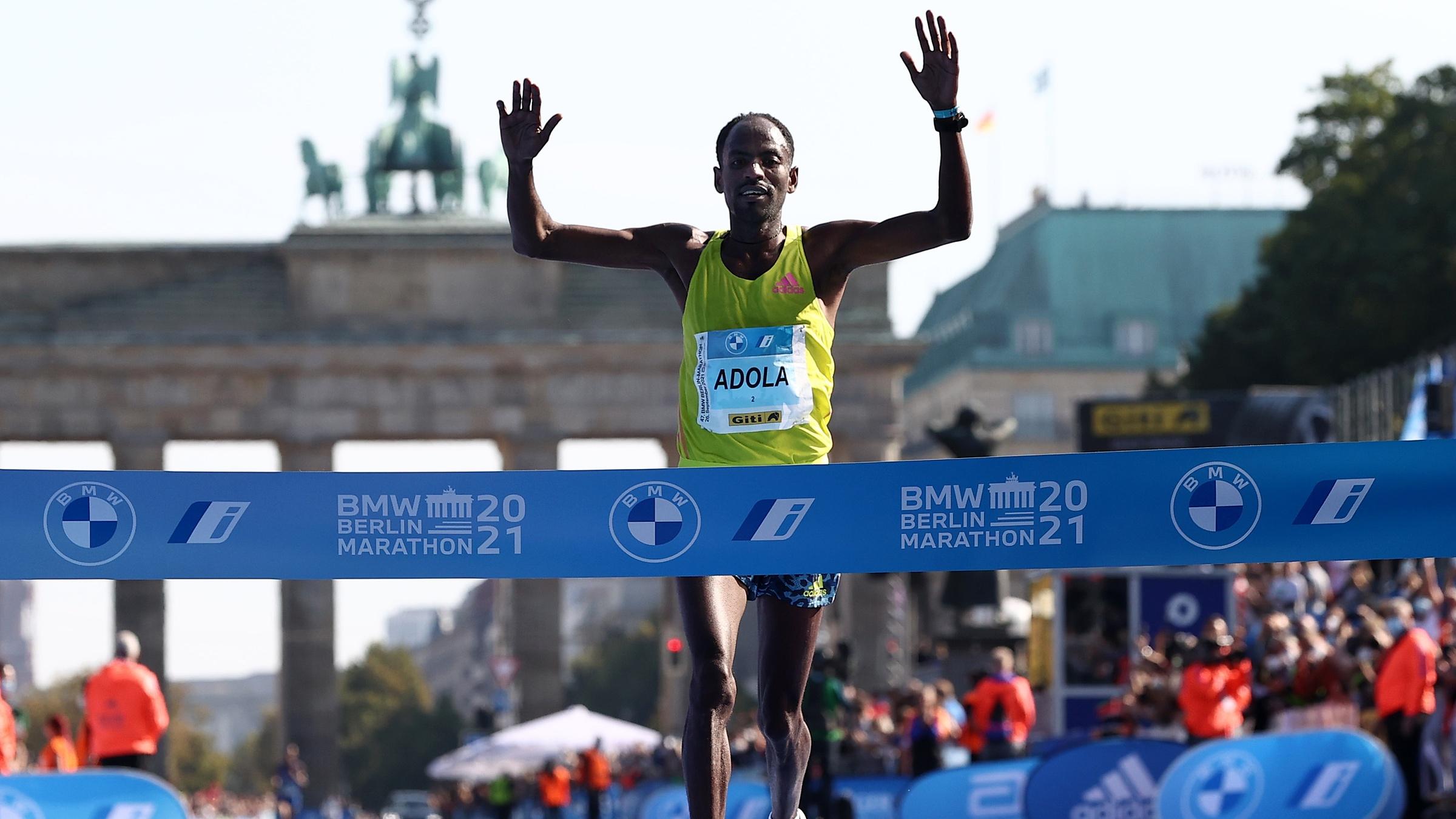 Adola mừng chiến thắng trước khi vượt qua vạch đích Berlin Marathon 2021 chiều 26/9. Ảnh: Athletic Weekly