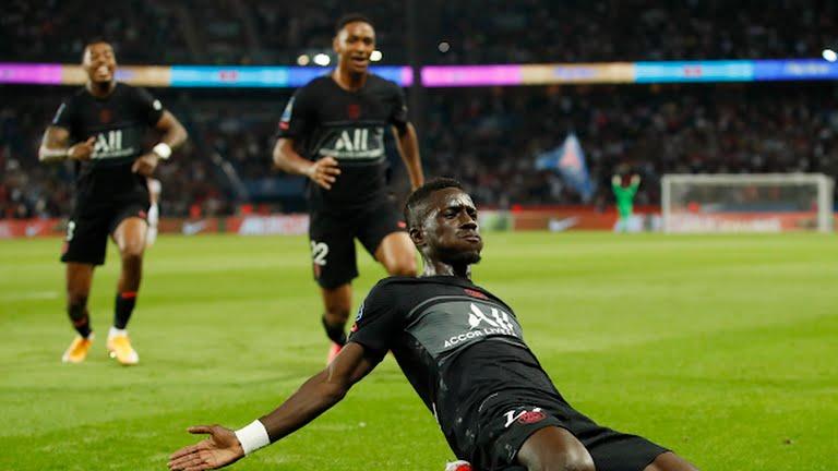 Gueye mừng bàn mở tỷ số cho PSG. Ảnh: Reuters