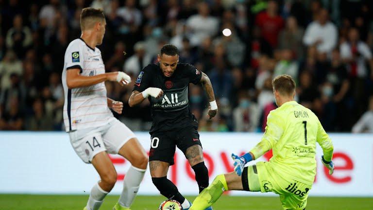 Neymar bị các cầu thủ Monpellier chặn đứng trong một đợt vây hãm. Ảnh: Reuters
