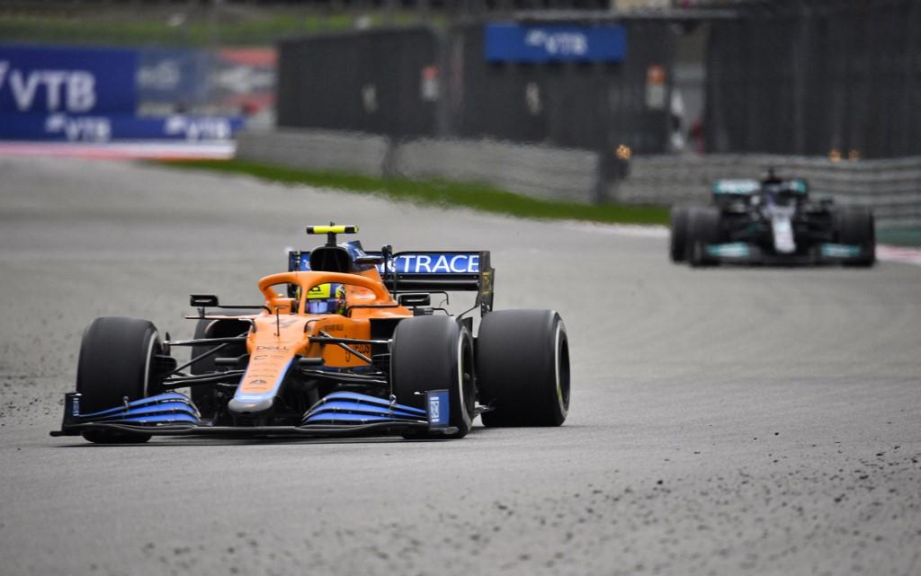 Norris đã thi đấu tốt và liên tục đứng đầu đường đua, trước khi nhường lại vị trí cho Hamilton (xe phía sau). Ảnh: AFP