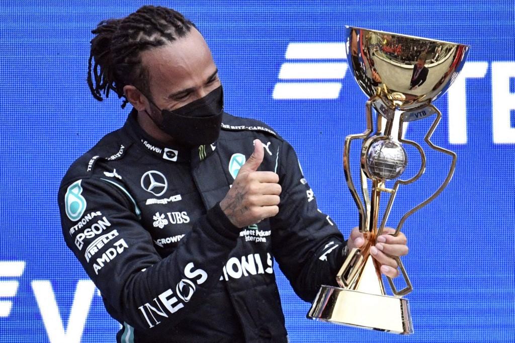 Hamilton mừng chiến thắng chặng đặc biệt ở Nga. Ảnh: AFP