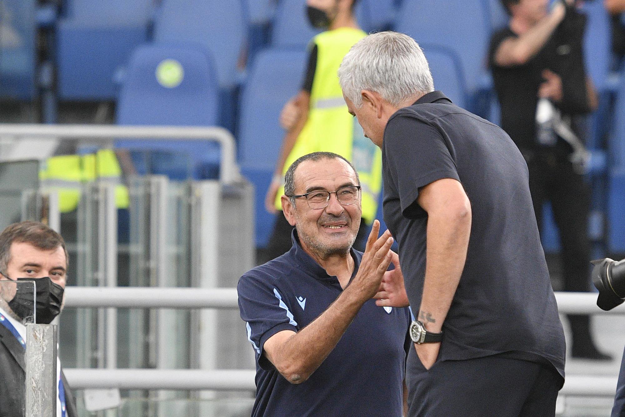 Mourinho và Sarri thân thiện trước giờ bóng lăn. Ảnh: Lapresse