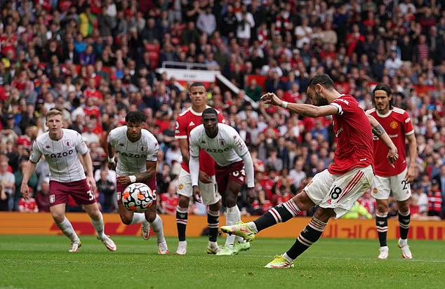 Cú sút của Fernandes đưa bóng vọt xà, khiến Man Utd thua 0-1 trên sân nhà Old Trafford.