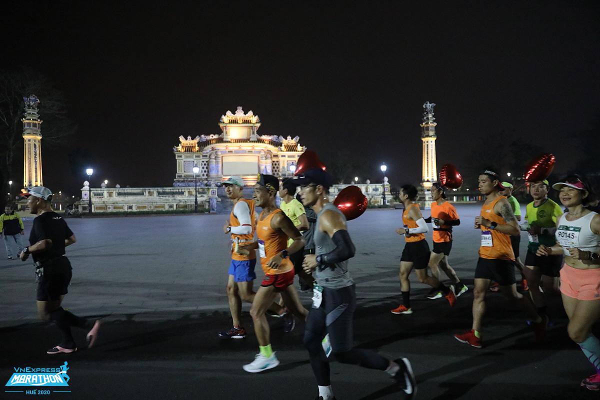 Runner cự ly full marathon chạy qua trường Quốc học tại giải VnExpress Marathon Huế 2020. Ảnh: VnExpress Marathon
