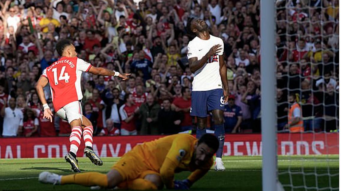 Aubameyang mừng bàn thắng vào lưới Tottenham trên sân Emirates. Ảnh: AP