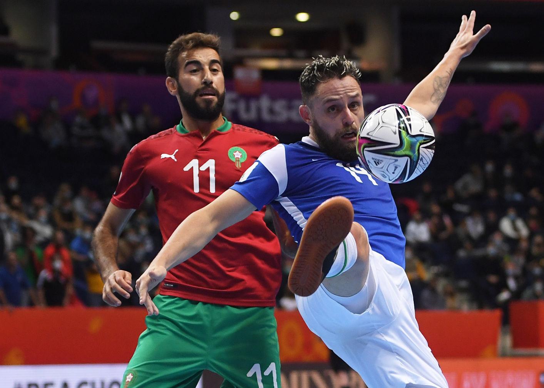Brazil (áo xanh) vất vả giành chiến thắng tối thiểu trước Morocco để vào bán kết. Ảnh: FIFA