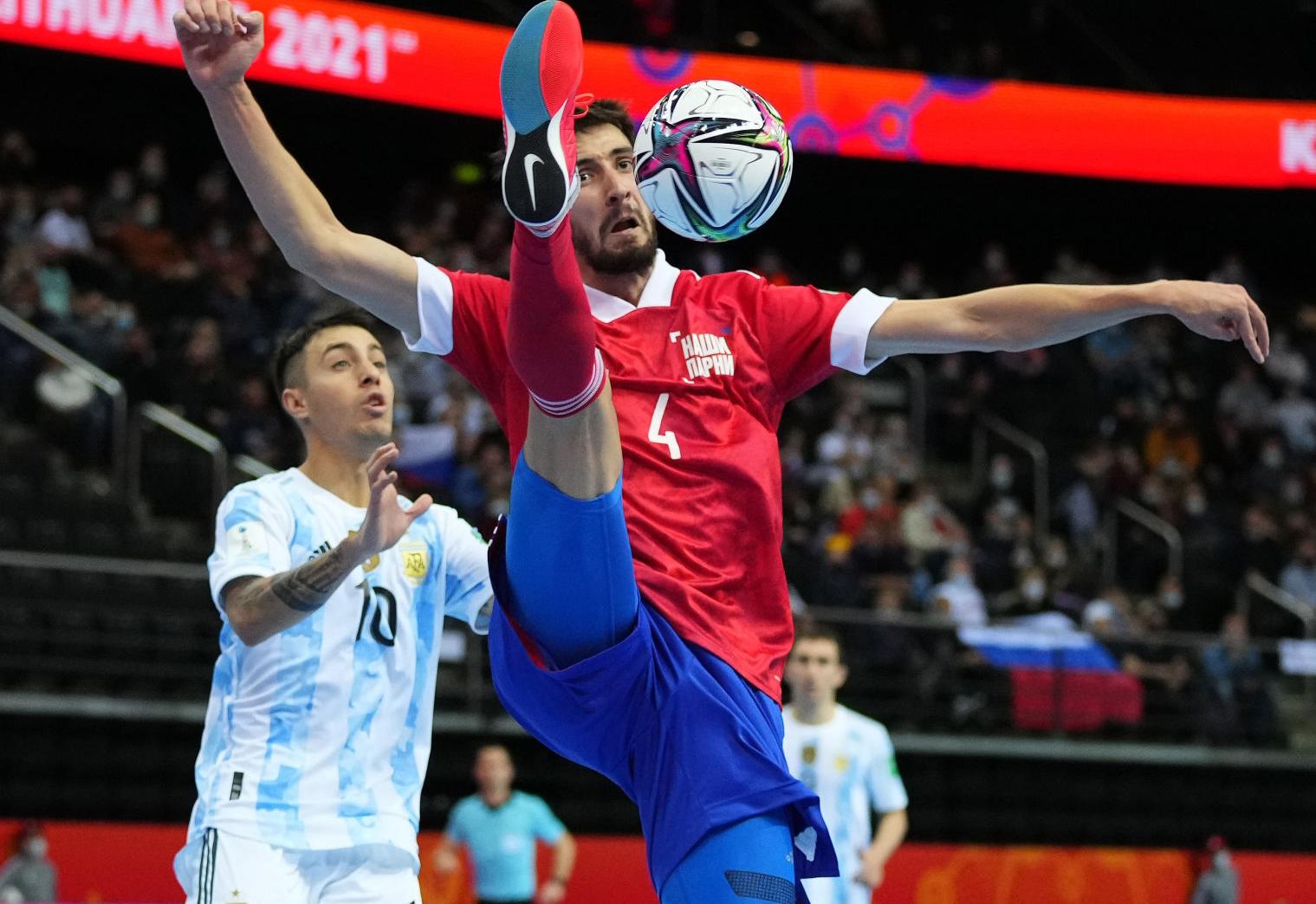 Tuyển Nga (áo đỏ) và Argentina thi đấu thận trọng, không tạo được thế trận rực lửa như chung kết năm năm trước. Ảnh: FIFA