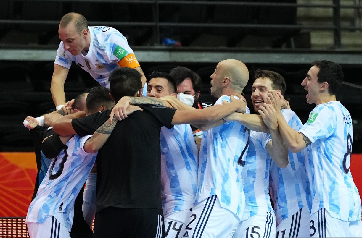 Niềm vui của các cầu thủ Argentina sau khi thắng Nga ở loạt luân lưu. Ảnh: FIFA