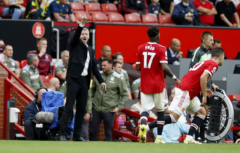 Solskjaer hò hét đốc thúc cầu thủ Man Utd trong trận thua Aston Villa 0-1 tại Old Trafford hôm 25/9. Ảnh: Reuters
