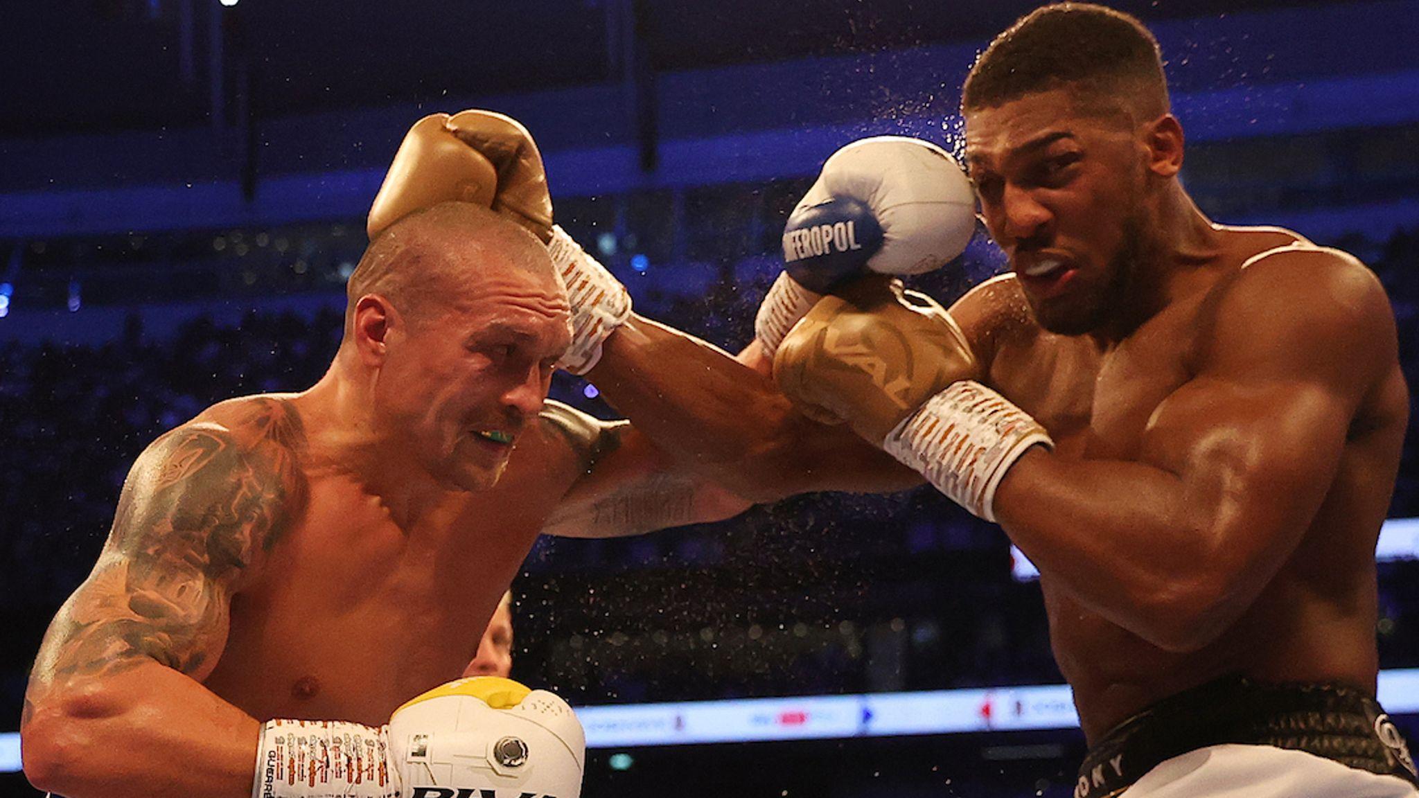 Joshua lĩnh một đòn của Usyk vào mắt phải trong trận quyền anh trên sân Tottenham Hotspurs, London hôm 25/9. Ảnh: Sky Sports