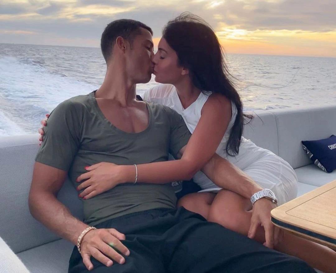 Ronaldo và Georgina tình tứ trong một chuyến đi nghỉ hè. Ảnh: Instagram / Georgina