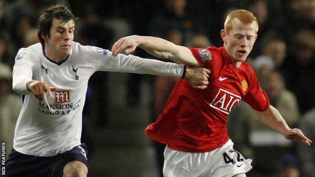 Eckersley tranh bóng với Gareth Bale trong trận Man Utd - Tottenham năm 2009. Ảnh: REX