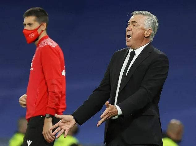 Ancelotti (phải) chỉ đạo Real trong trận hòa Villarreal ở vòng bảy La Liga mùa này. Ảnh: EPA.