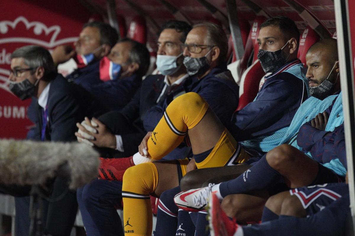 Donnarumma (tất vàng) trên ghế dự bị PSG. Ảnh: Lapresse.