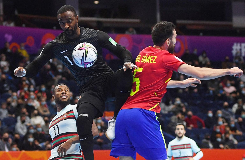 Tây Ban Nha (áo đỏ) dẫn đối thủ 2-0 nhưng lại đánh mất lợi thế và thua ngược. Ảnh: FIFA