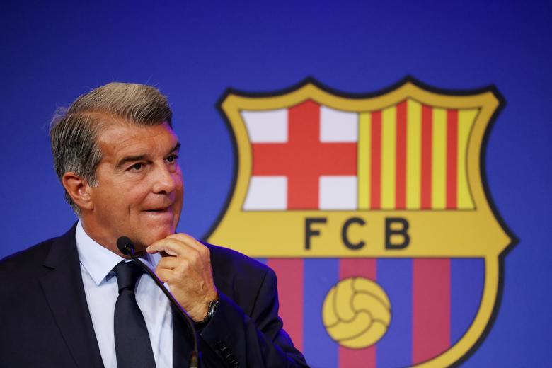 Chủ tịch Laporta đang chật vật tìm hướng đi cho Barca. Ảnh: Reuters.