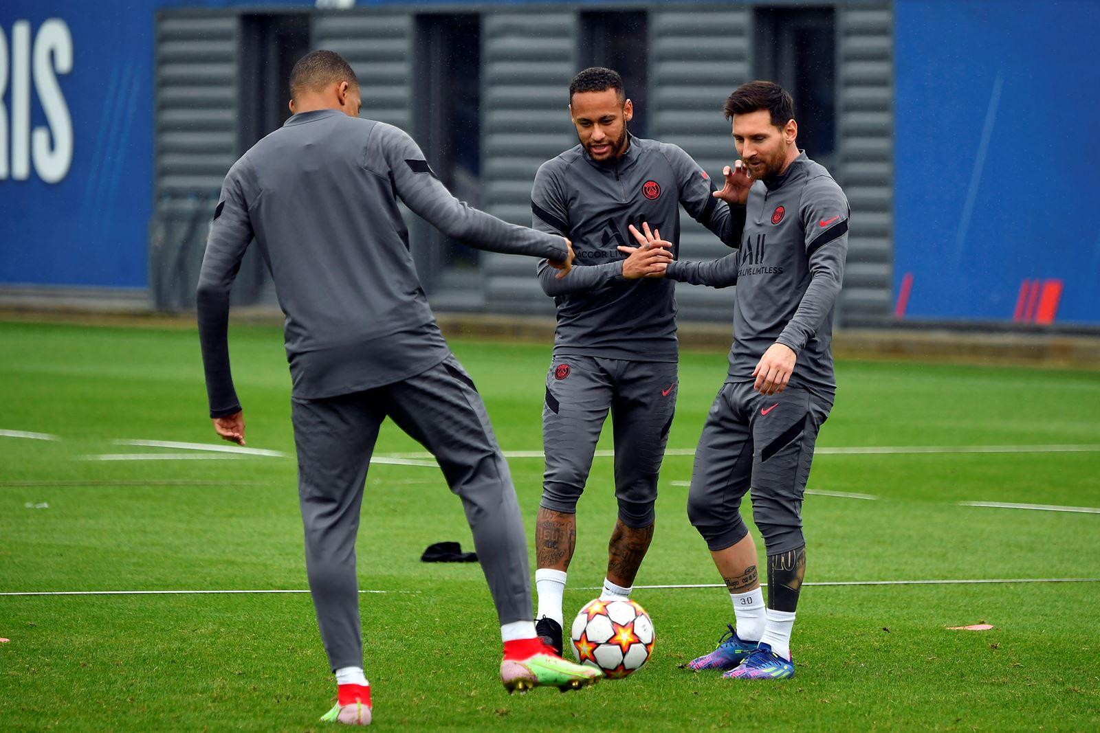 Messi (phải) tập cùng Neymar (giữa) và Mbappe trước đại chiến Man City. Ảnh: psg.fr