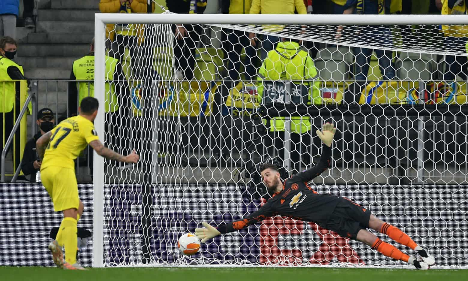De Gea trong pha đối mặt và bị Paco Alacer đánh bại ở loạt đá luân lưu trận chung kết Europa League ở Gdansk, Ba lan hôm 27/5. Ảnh: EPA