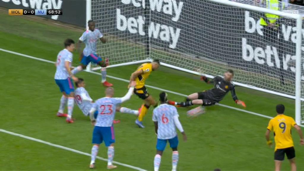 David De Gea phản xạ xuất thần để từ chối hai cú dứt điểm liên tiếp của Romain Saiss trong hiệp hai trận Man Utd hạ chủ nhà Wolves 1-0 ở Ngoại hạng Anh hôm 29/8. Ảnh: Sky Sports