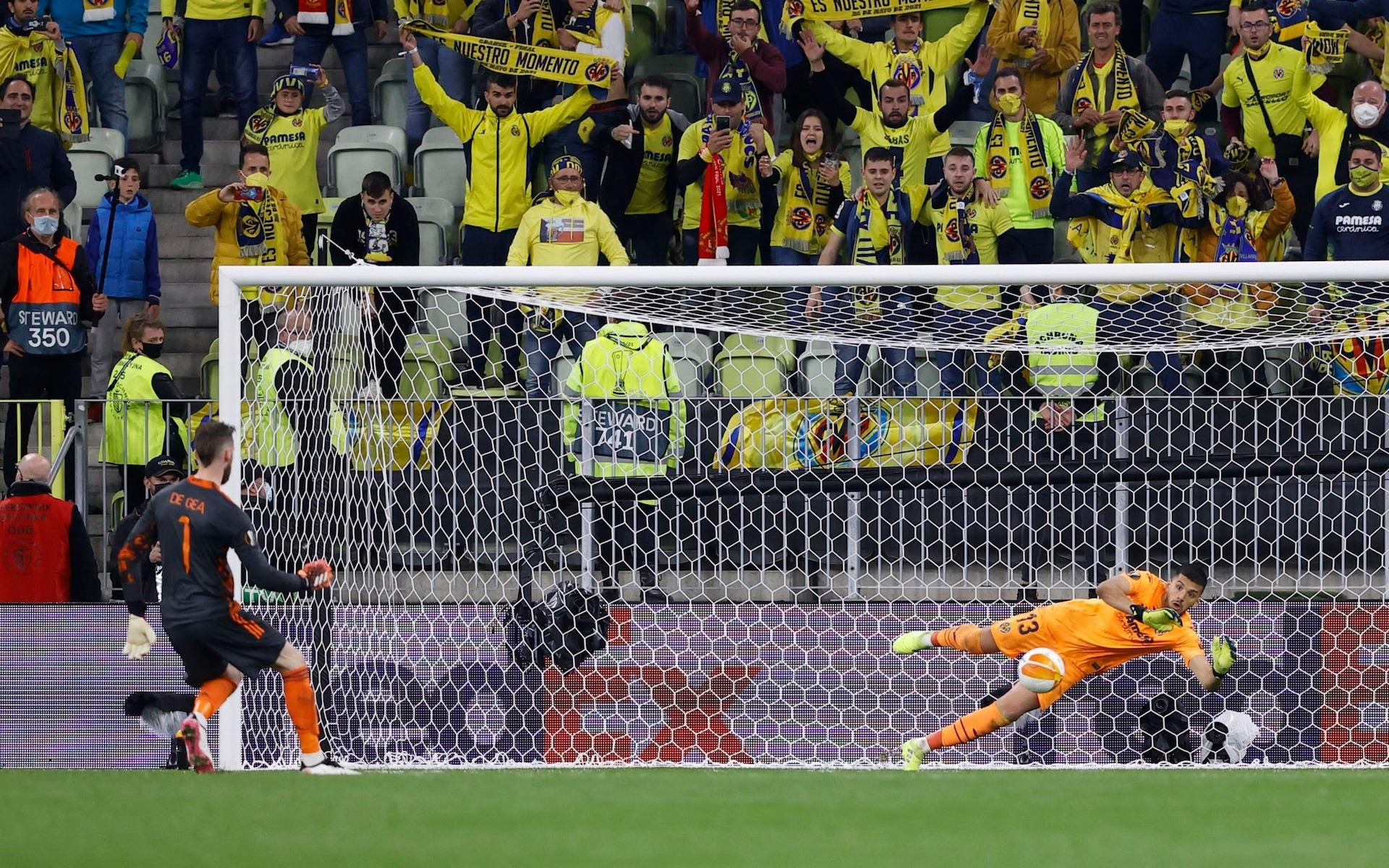 De Gea thất bại khi đá quả quyết định khiến Man Utd thua 10-11 trong loạt đá luân lưu. Ảnh: Reuters