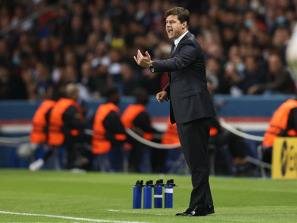 Pochettino chỉ đạo các cầu thủ PSG trong trận đấu Man City. Ảnh: AFP