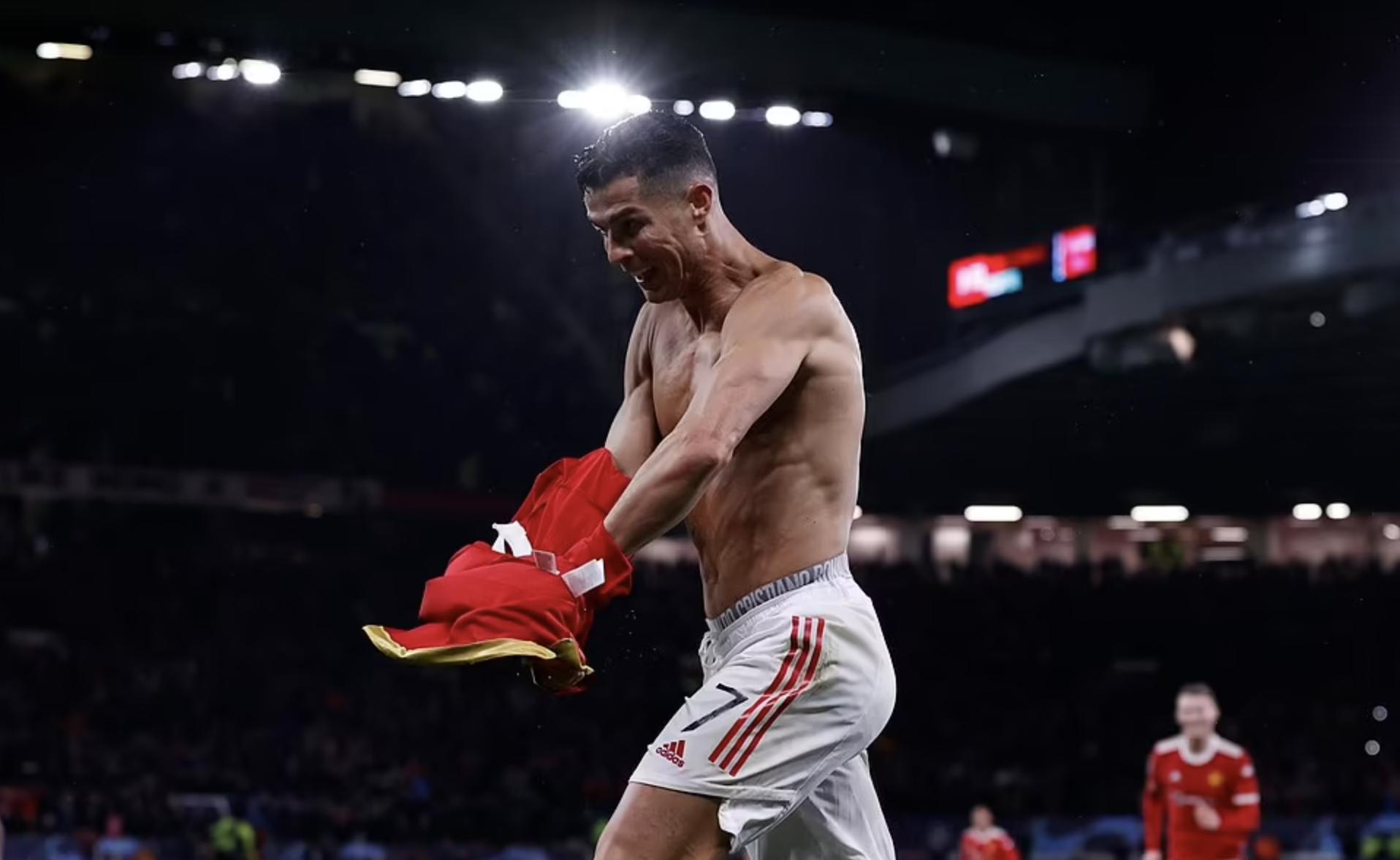 Ronaldo cởi áo mừng bàn thắng quyết định phút đá bù trước Villarreal. Mùa này anh từng làm điều tương tự khi chơi cho Bồ Đào Nha gặp Ireland.hôm 2/9. Ảnh: Reuters