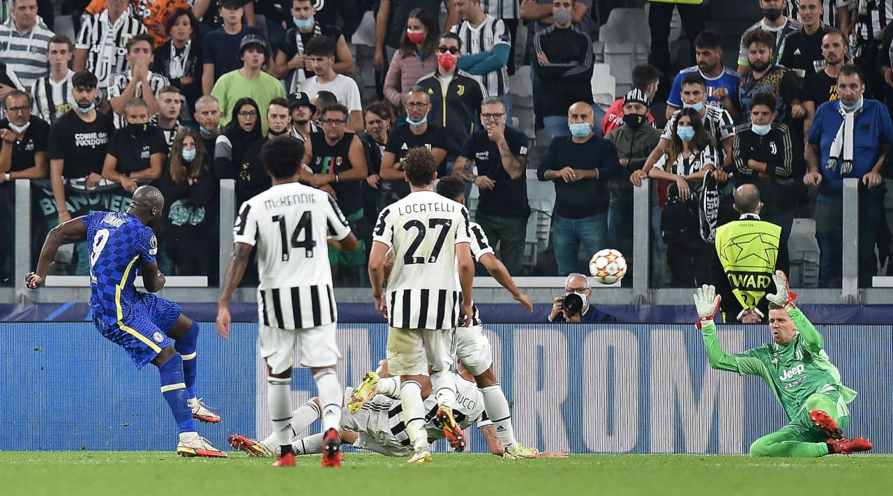 Szczesny và hàng thủ Juventus trong một pha ngăn cản Romelu Lukaku dứt điểm trên sân Allianz hôm 29/9. Ảnh: