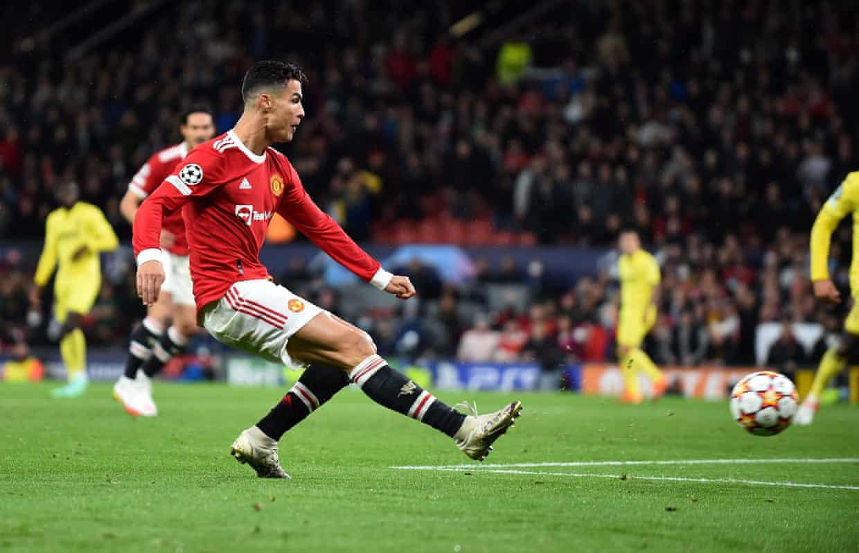 Ronaldo đệm bóng cận thành ghi bàn ấn định tỷ số 2-1. Ảnh: EPA