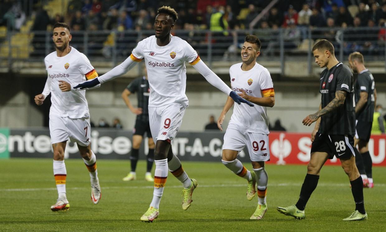 Abraham ghi bàn thứ hai cho Roma tại Europa Conference League. Ảnh: Reuters.