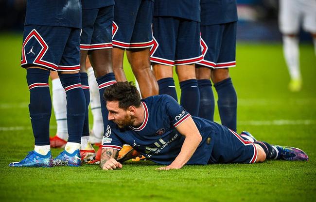 Hình ảnh lạ lẫm của Messi, khi nằm dưới chân hàng rào trong trận PSG thắng Man City ở Champions League. Ảnh: AFP