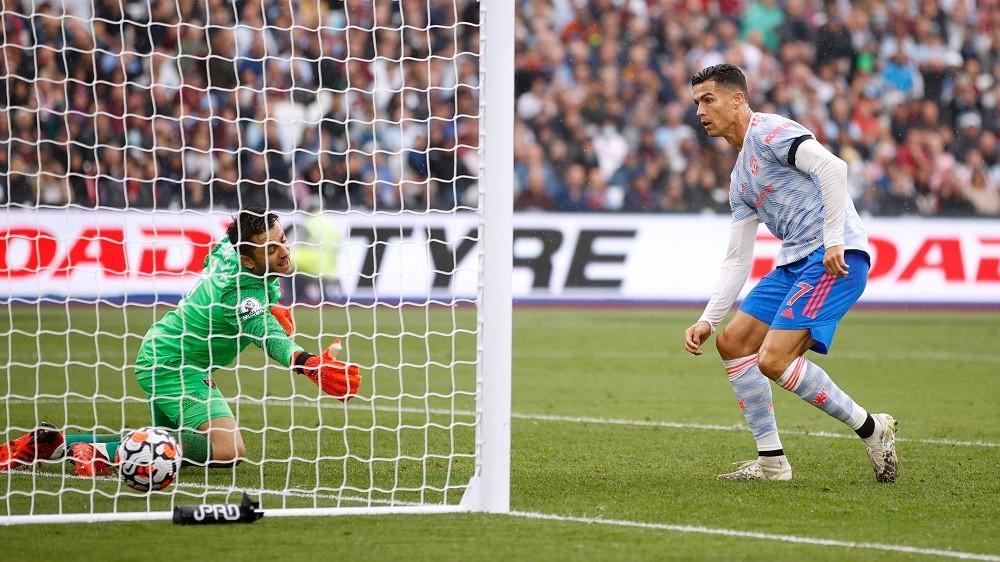 Ronaldo ghi bàn trong trận thắng West Ham 2-1. Ảnh: Reuters.