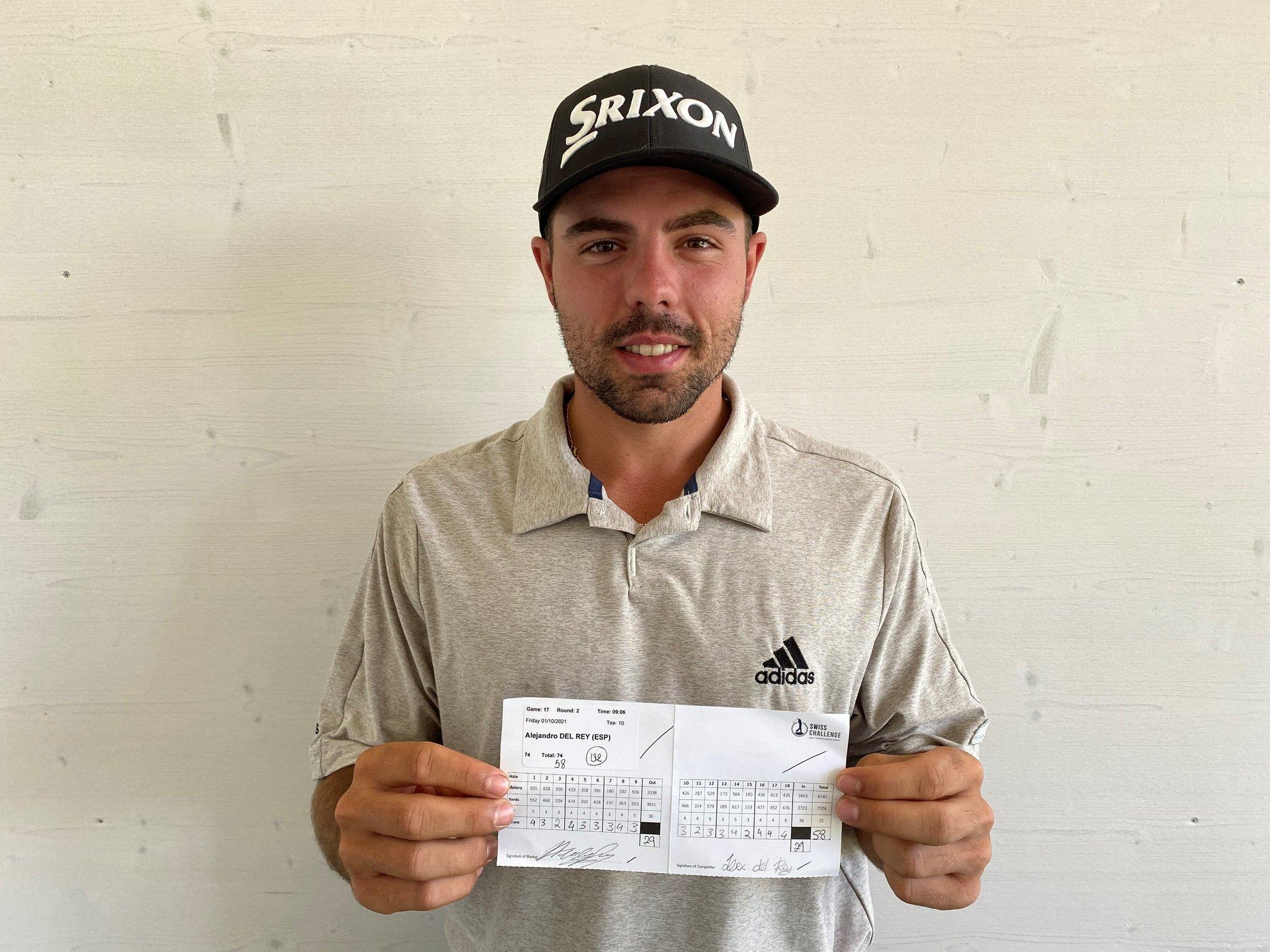 Del Rey chụp ảnh lưu niệm với bảng ghi số gậy qua mỗi hố ở vòng golf thần thành. Ảnh: Swiss Challenge