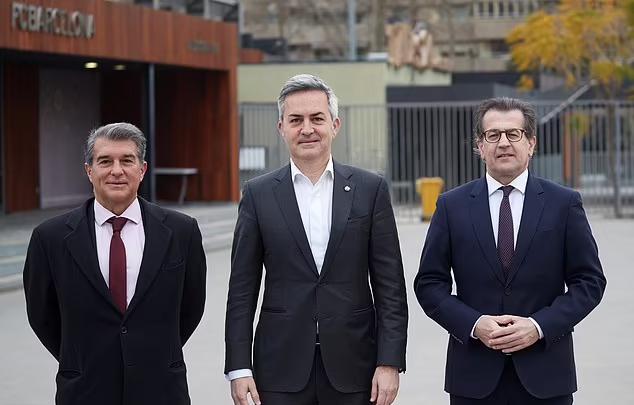 Toni Freixa (phải) và Victor Font (giữa) thua Joan Laporta (trái) trong cuộc bầu cử Chủ tịch Barca tháng 3/2021. Ảnh: EPA.