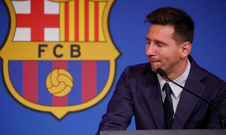 Messi khóc trong họp báo chia tay Barca hôm 8/8. Ảnh: Reuters