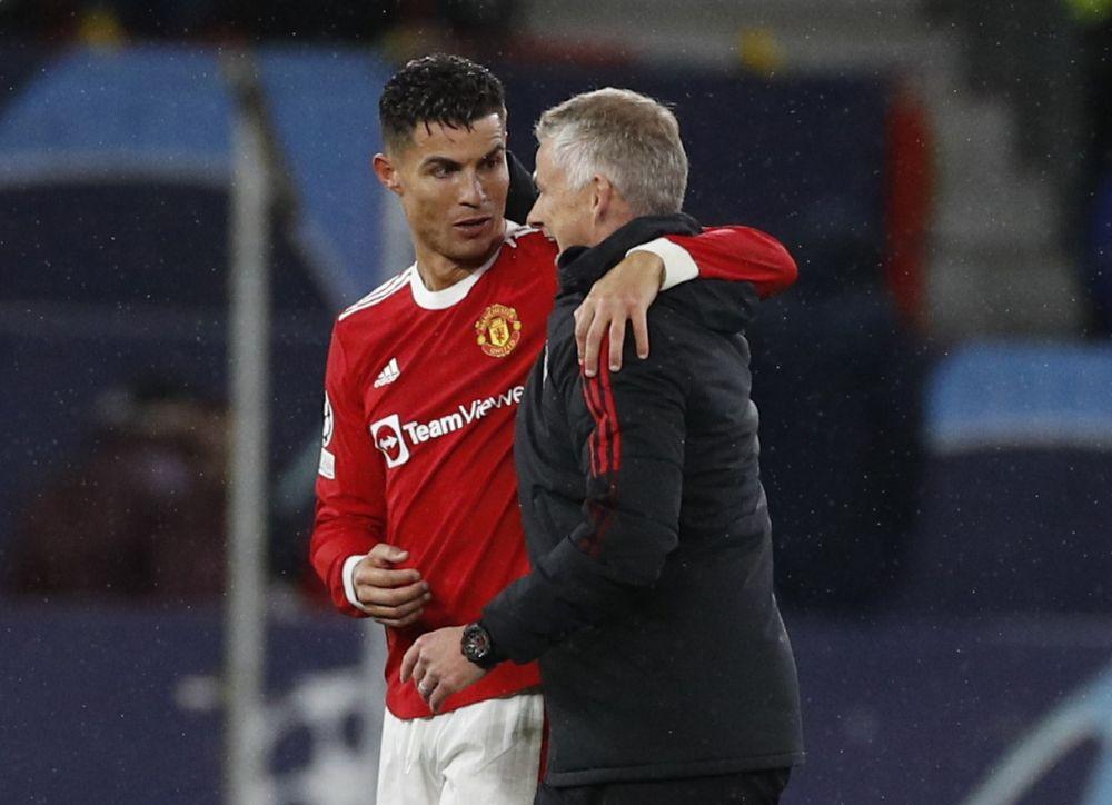 Ronaldo trao đổi với Solskjaer sau trận Man Utd thắng Villarreal 2-1 tại Old Trafford hôm 29/9. Ảnh: Reuters