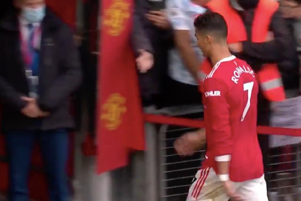 Ronaldo đi thẳng vào đường hầm sau trận đấu Everton. Ảnh: AFP