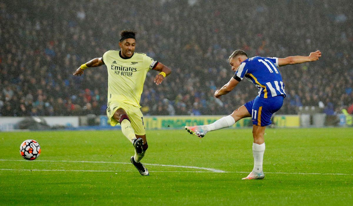 Leandro Trossard trong một cú dứt điểm trúng hướng cầu môn Arsenal. Trận này, Brighton dứt điểm tới 21 cú, gần gấp ba so với tám cú của Arsenal. Ảnh: Reuters