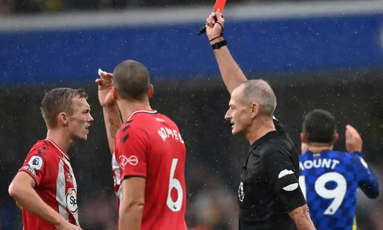 Thẻ đỏ của Ward-Prowse thay đổi cục diện trận đấu. Ảnh: Reuters.