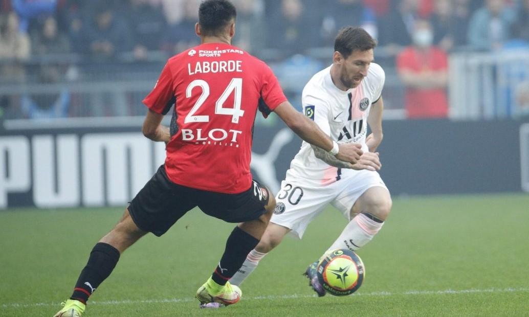 Messi có nhiều đường chuyền mở ra cơ hội cho đồng đội và một pha sút phạt dội xà. Ảnh: Twitter/Rennes.